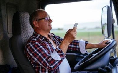 O perigo do celular ao volante e a direção defensiva