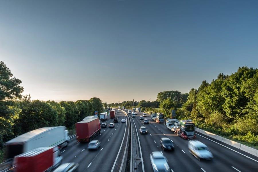 Como o caminhoneiro pode fazer um trânsito melhor