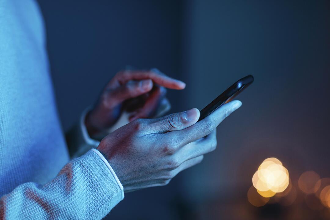 Aplicativo PagBem: mãos humanas mexendo em smartphone.