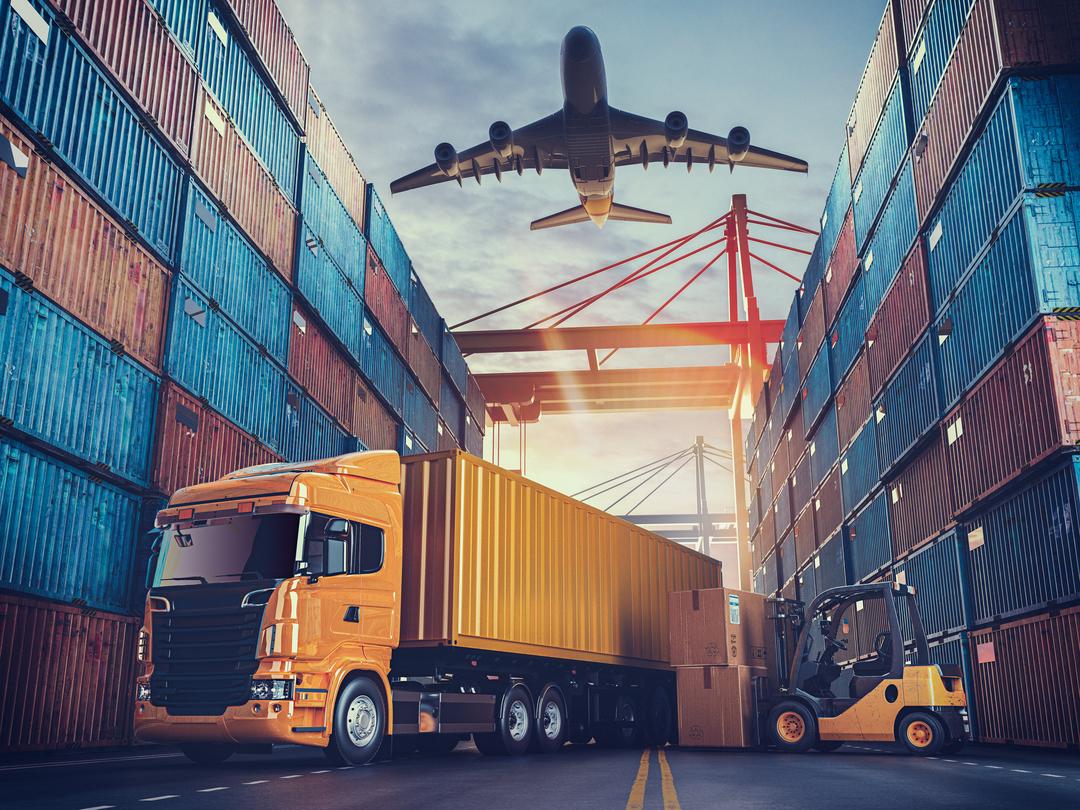 Sazonalidade na logística: caminhão amarelo manobra em pátio com avião passando no céu acima.